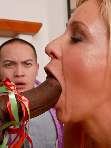 The Perverted Milf Phyllisha Anne Demonstrates How She Can Handle With Black Cock
